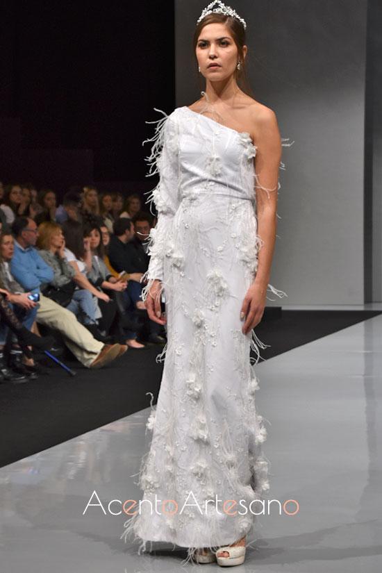 Novias de alta costura de Carls Blanc en la que la silueta sirena se llena de plumas y aplicaciones