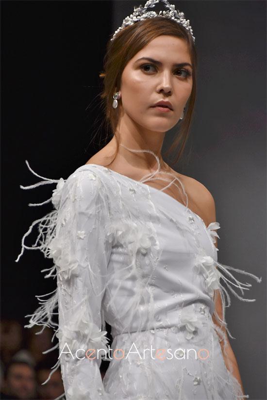 Detalles de las plumas aplicadas a mano en este traje de novia de Carls Blanc