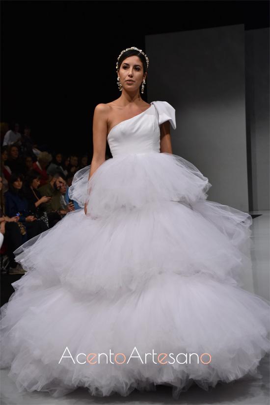 Vestido de novia con volantes de tul en silueta princesa de Carls Blanc