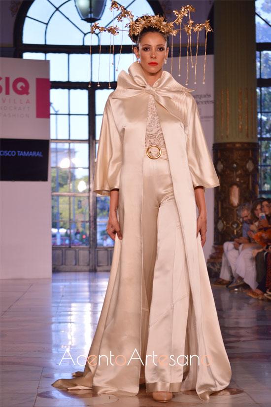 Traje de novia de pantalón con abrigo acabado en cola de corte de Francisco Tamaral