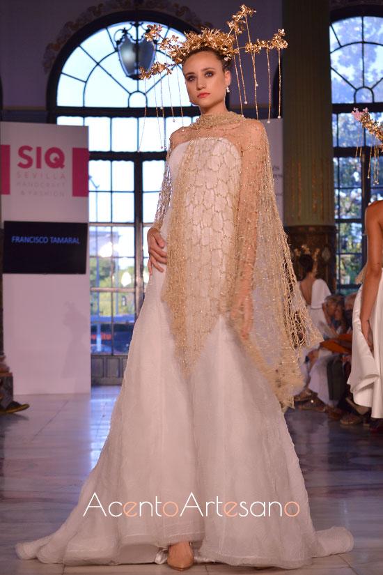 Vestido de novia palabra de honor con capa calada en tono oro de Francisco Tamaral