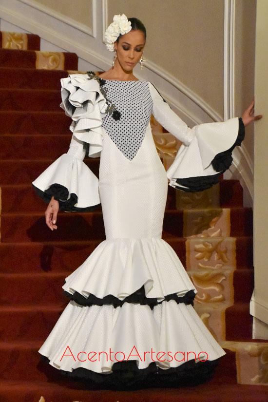 Traje de flamenca de talle bajo en blanco y negro de Javi García para Úniqo Qlamenco