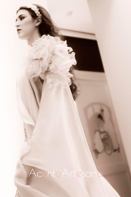 Vestido de punto de seda natural con detalles al hombro de Ángeles Verano