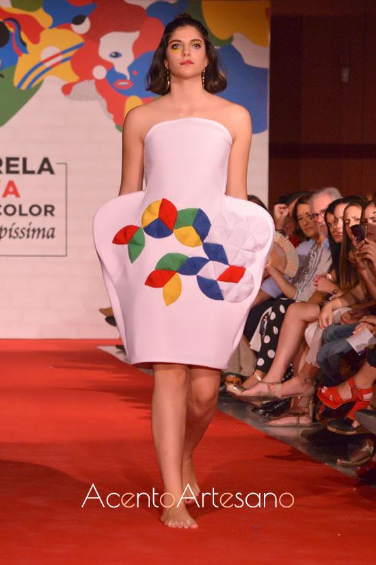 Vestido geométrico y acolcahdo de Jennifer Vargas