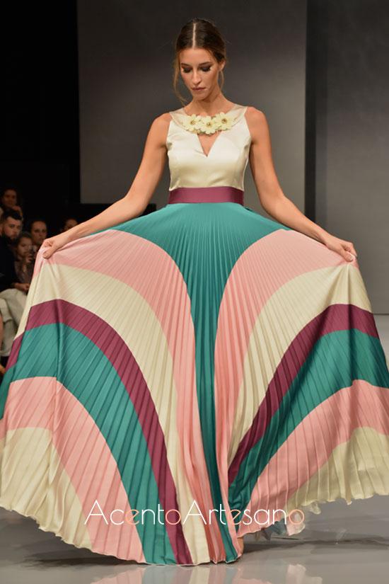 Falda plisada y top en tonos frescos y veraniegos de Sara R
