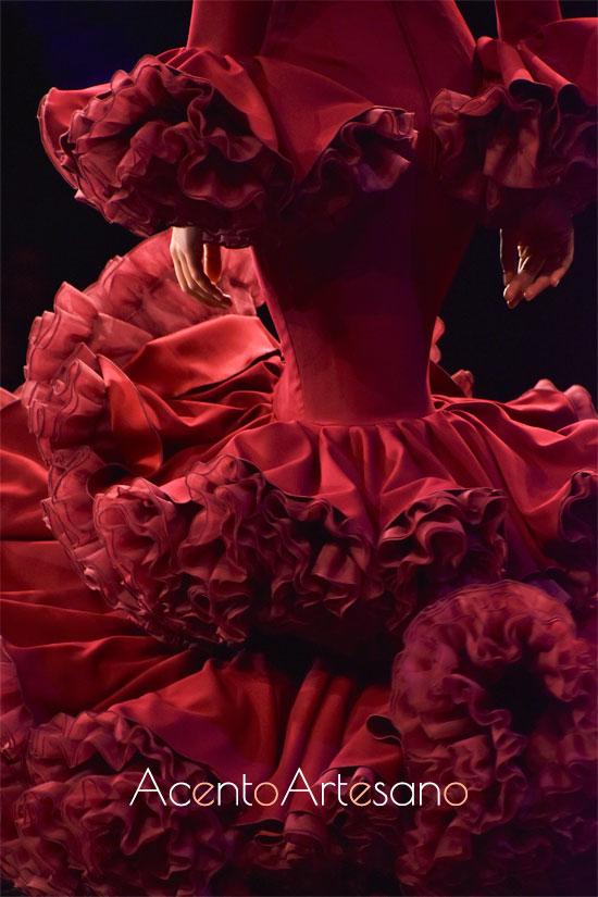 Espalda de traje de flamenca en fucsia y lila de Alejandro Santizo en SIMOF 2020