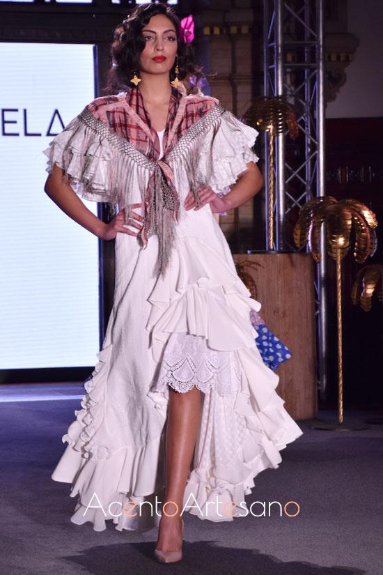 Traje de flamenca blanco de Ánglea y Adela