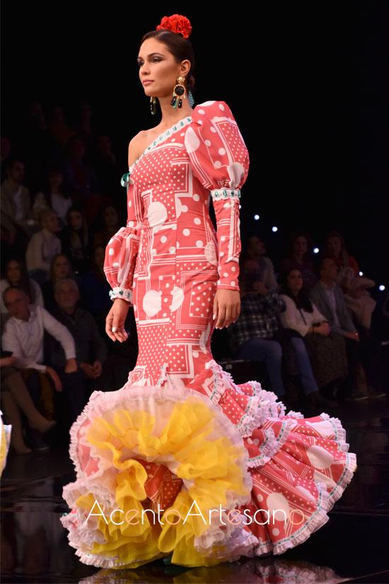 Traje de flamenca con luanres de diversos tamaños y asimetría en hombros de José Galváñ