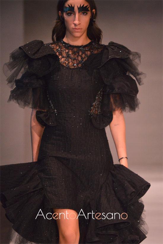 Vestido negro con volantes de Joss Blake en Code 41