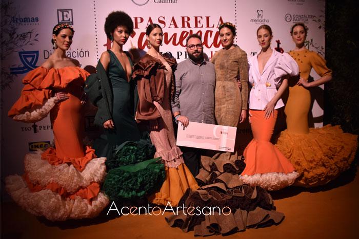 Juan Saavedra en el photocall tras la entrega de su premio como ganador del Certamen Diseñadores Noveles Pasarela Flamenca Jerez Tío Pepe 2020