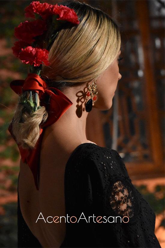 Recogido de coleta con lazada roja y claveles para lo estilismos flamencos de la última colección de Lina 1960
