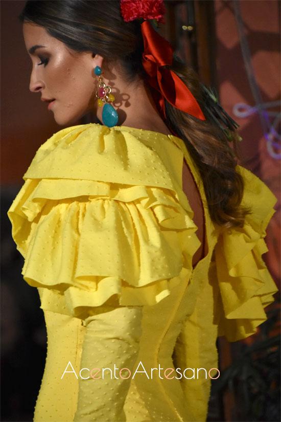 Mangas de volantes al hombro de traje de flamenca amarillo en plumeti de Lina 1960