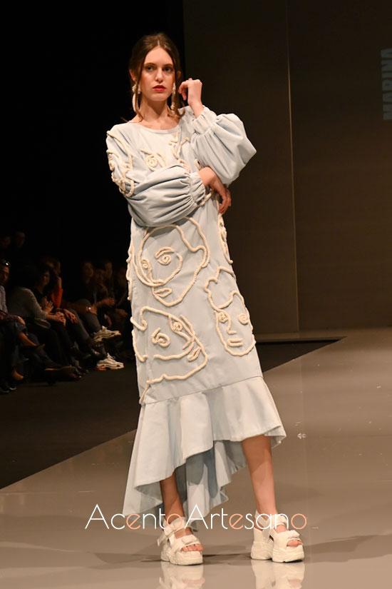 Vestido con doble largo y estampado en cuerdas de Marina Meca, ganadora de la mención especial de Más Mujeres en Code 41 Talent febrero 2020