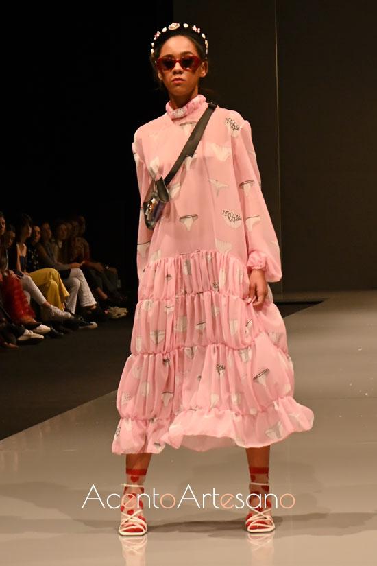 Vestido fluído en rosa estampado  de Marta Quez