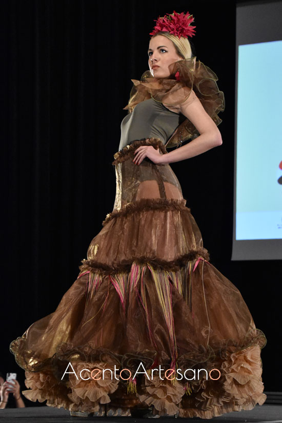 Traje de flamenca de dos piezas, con falda canastera en tul y body de Myriam Nieto