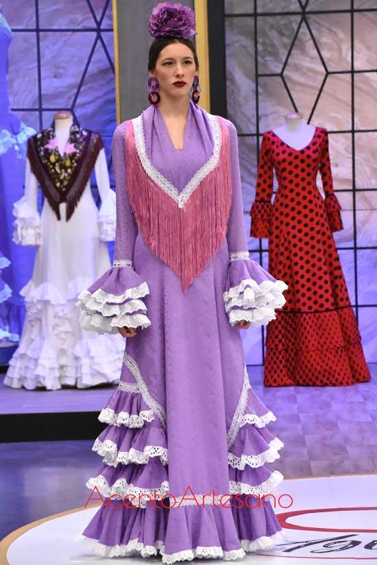 Traje de flamenca morado de Rosa inspirado en Miabril en Aguja Flamenca