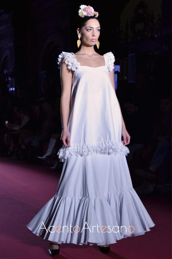 Traje de flamenca blanco sin mangas de Alba Calerón