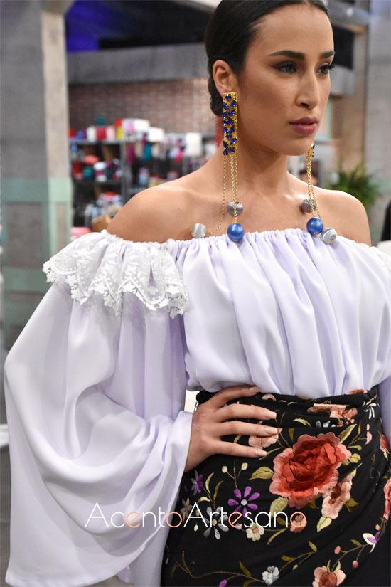 Camisa blanca de escote palabra de honor y mangas corsario combinada con mantón bordado de Foronda a modo de falda en Aguja Flamenca