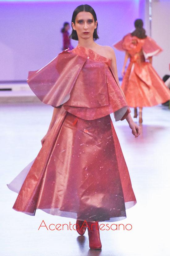 Vestido hecho de lona de papel de María Lafuente en MBFWMadrid enero 2020