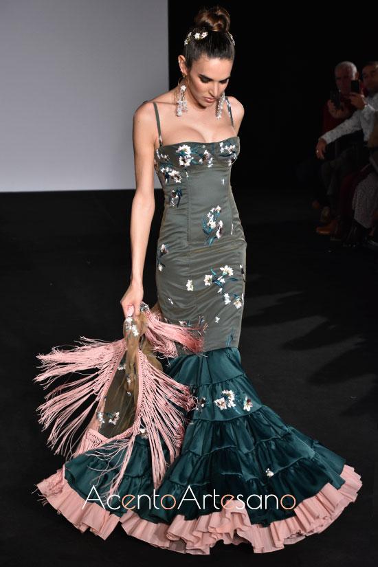 Traje de flamenca de tirantas en terciopelo bordado de Algarabía Moda Flamenca