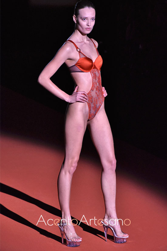 Body naranja de encaje de Andrés Sardá
