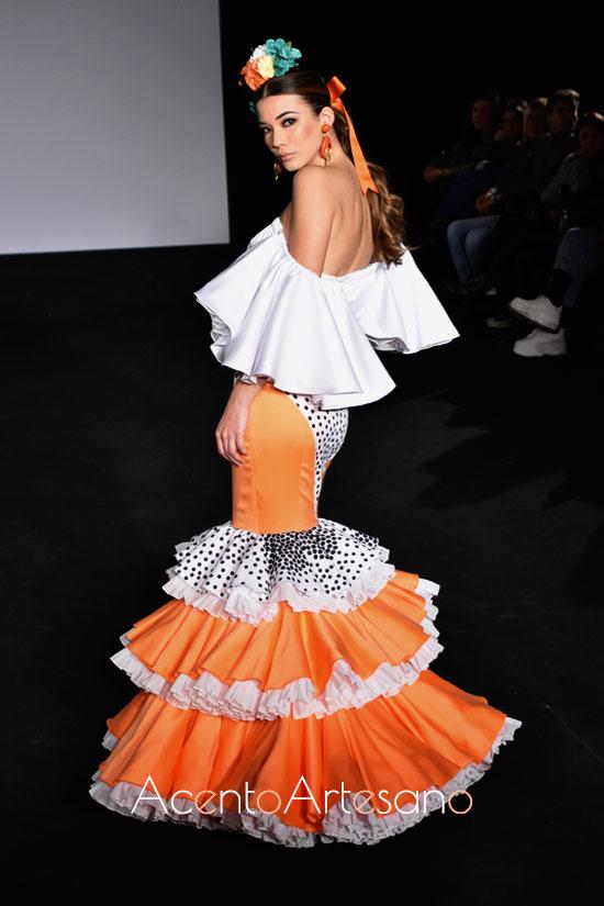 Traje de flamenca dos piezas emn naranja y blanco con escote palabra de honor de Ani Roldán en Emprende Lunares