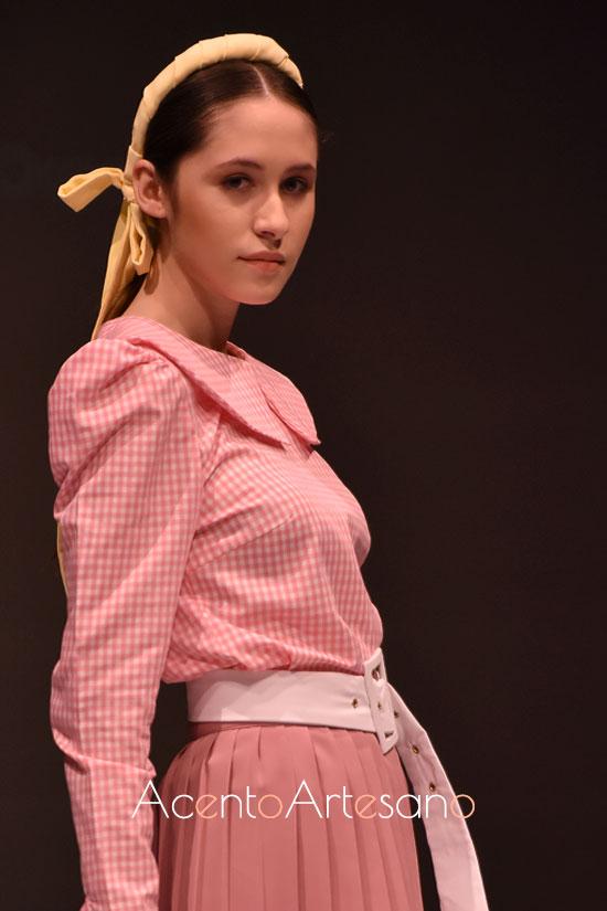 Conjunto de top con cuello babero y falda plisada de Rocío Ballesteros
