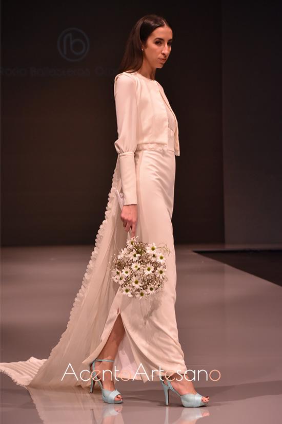 Vestido de novia a juego con chaqueta con cola de panel de Rocío Ballesteros