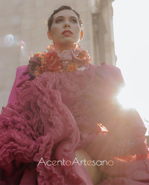 Detalles del vuelo de un traje de flamenca en buganvilla de Aurora Ruíz
