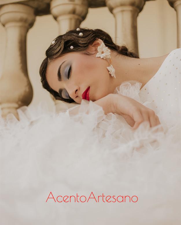 Detalles de uno de los dieñsos en blanco de la nueva colección flamenca de Aurora Ruíz