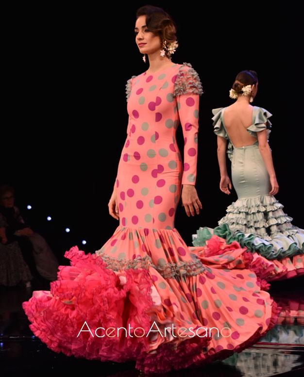 Vestido de flamenca rosa con lunares de colores de Cristina Vázquez
