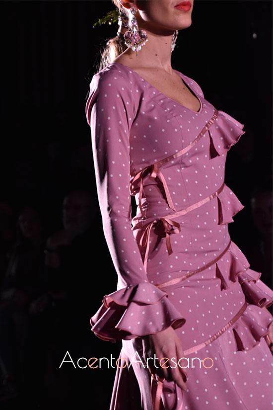 Traje de flamenca lila con lunar lenteja y lacitos de El Ajolí