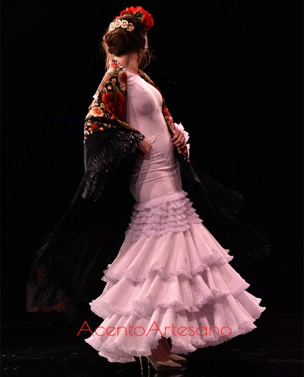 Traje de flamenca blanco de volantes al hilo de Santos Rodrigues