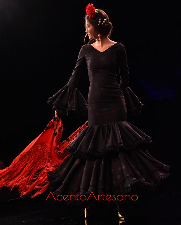 Traje de flamenca de corte clásico en negro de Santos Rodrigues
