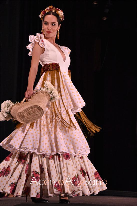 Traje de flamenca de cintura alta con tres volantes al hilo y sin enaguas