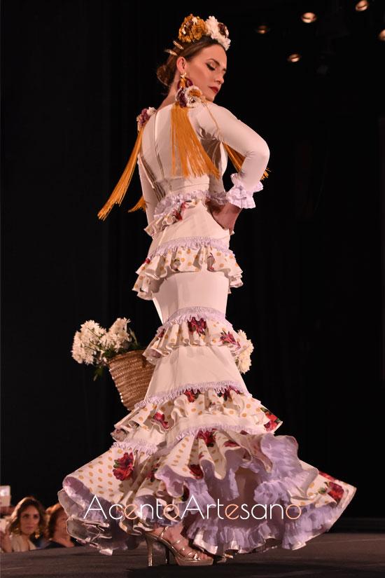 Traje de flamenca blanco de volantitos en paralelo y hombros flecados de Ajolí 58 en Pasarela Flamenca Granada