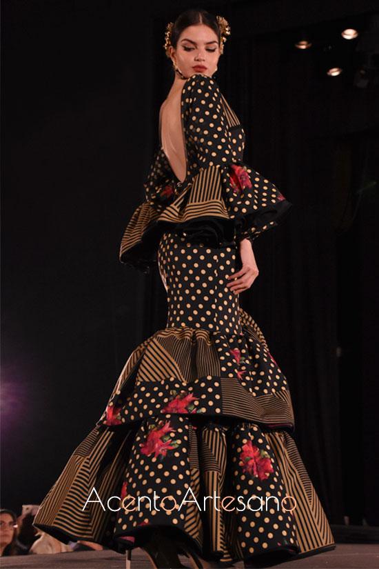 Traje de flamenca con mezcla de estampados y talle bajo de Ajolí 58