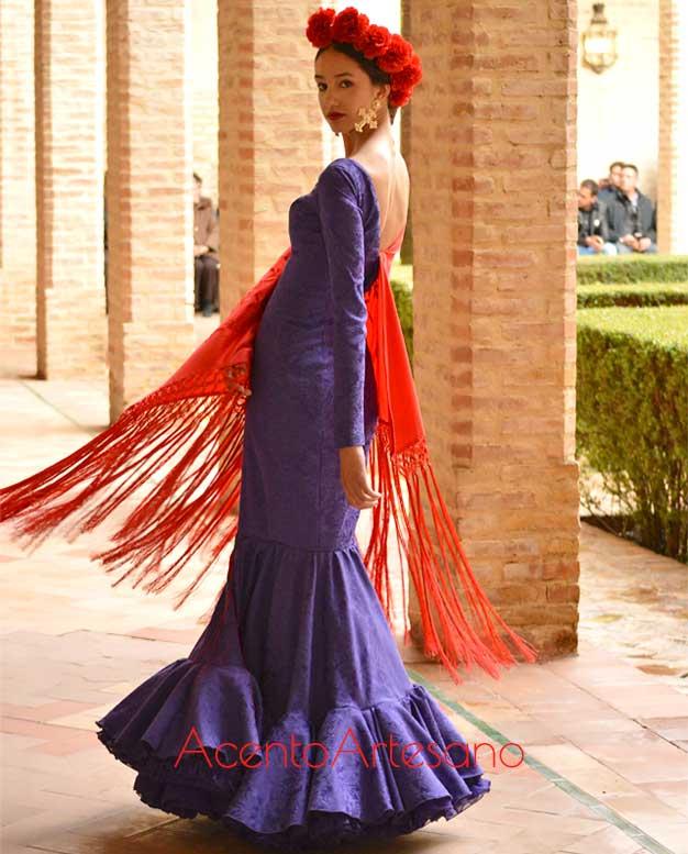 Traje de flamenca clásico en morado con mantón flecado de Alumnos de Sevilla de Moda en Wappíssima 2019