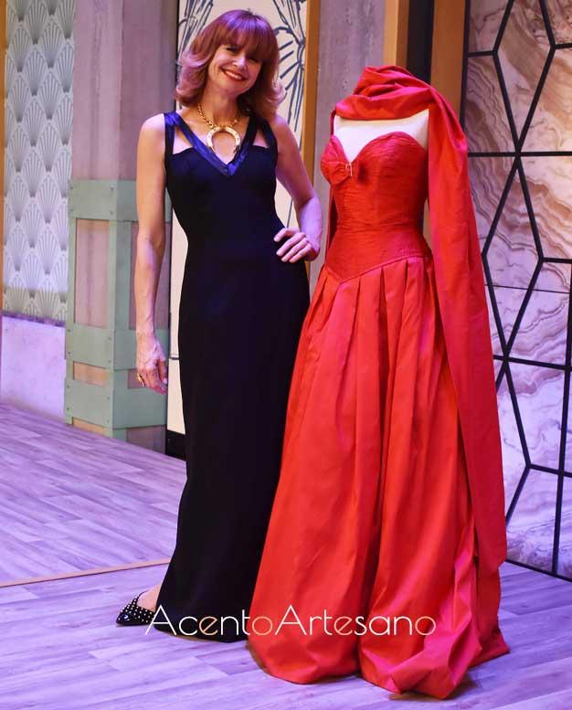 Esther Arroyo vestida de Antonio Ardón posa junto a uno de los diseños del creador