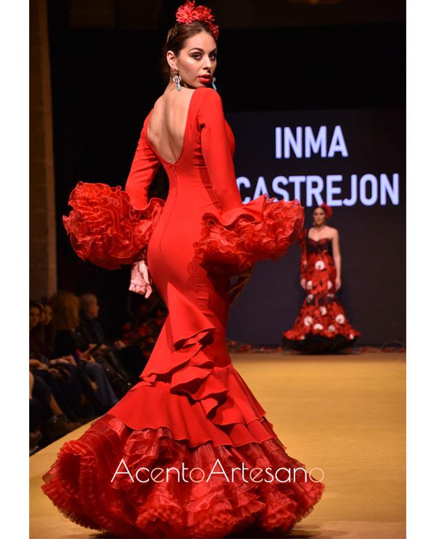 Traje de flamenca rojo con escotes de pico de Inma Castrejón