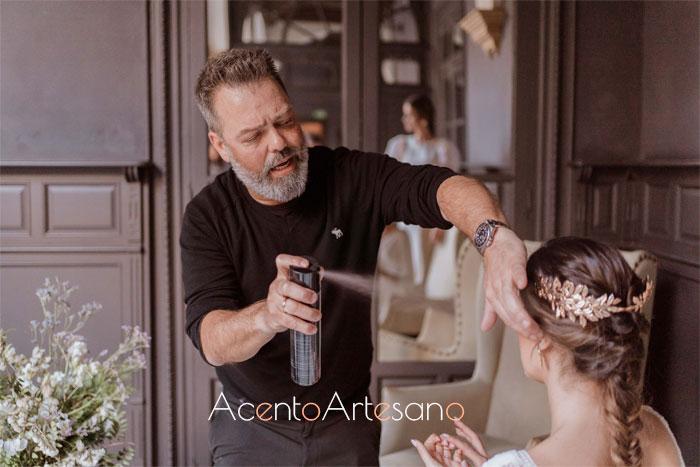 Víctor del Valle Peluqueros retocando peinado de novia en la sesión de fotos para esta temporada 2020