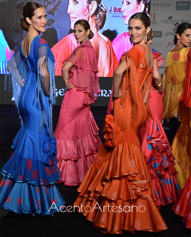 Trajes de flamenca en tonos vibrantes de Ángeles Verano en su nueva colección para el 2020 Caminando entre volantes