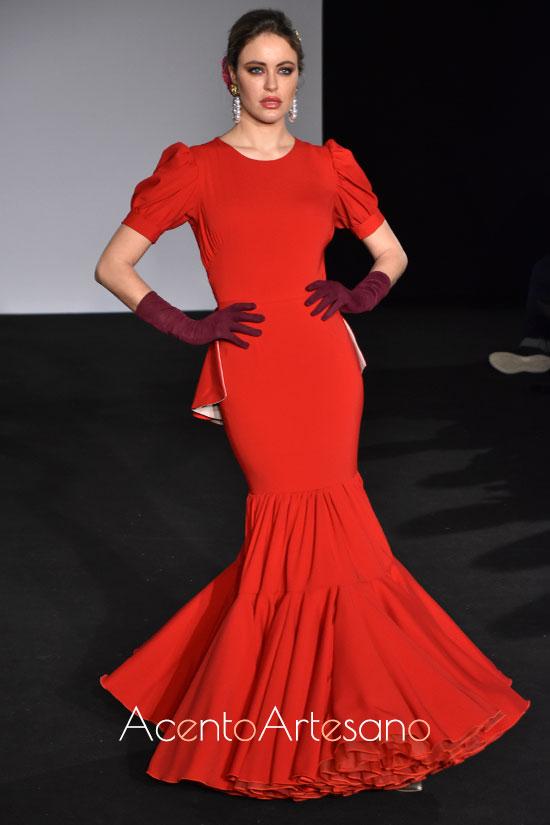 Traje de flamenca rojo con mangas abullonadas de Mg Macías en Emprende Lunares