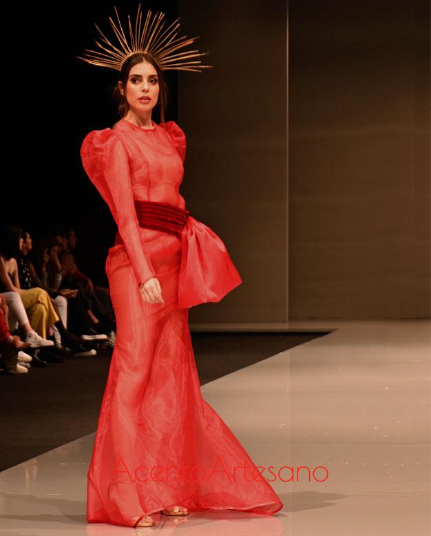 Vestido largo de transparencia en rojo con cinturón ancho en terciopelo al tono y mangas jamón de Pilar Rico en Code 41 Talent 2020