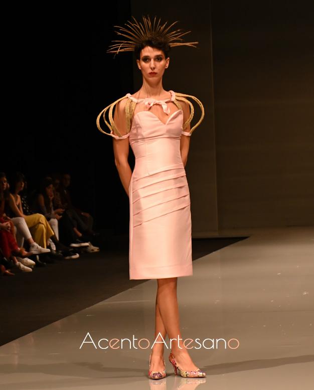 Vestido de escote corazón con mangas decorativas de Pilar Rico.