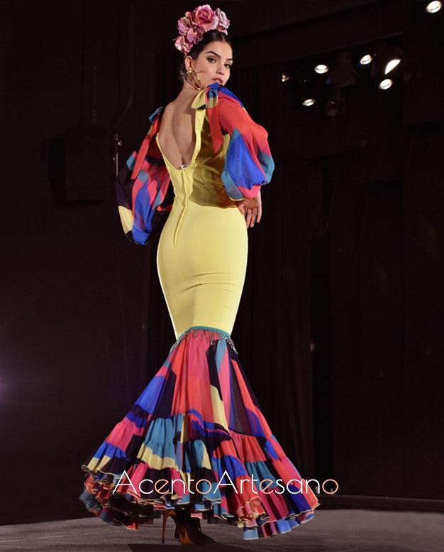 Traje de flamenca amarillo con mangas y vuelos de colores en honor a los graffitis de Nueva York en la nueva colección de trajes de flamenca de Rebeca Moda Flamenca