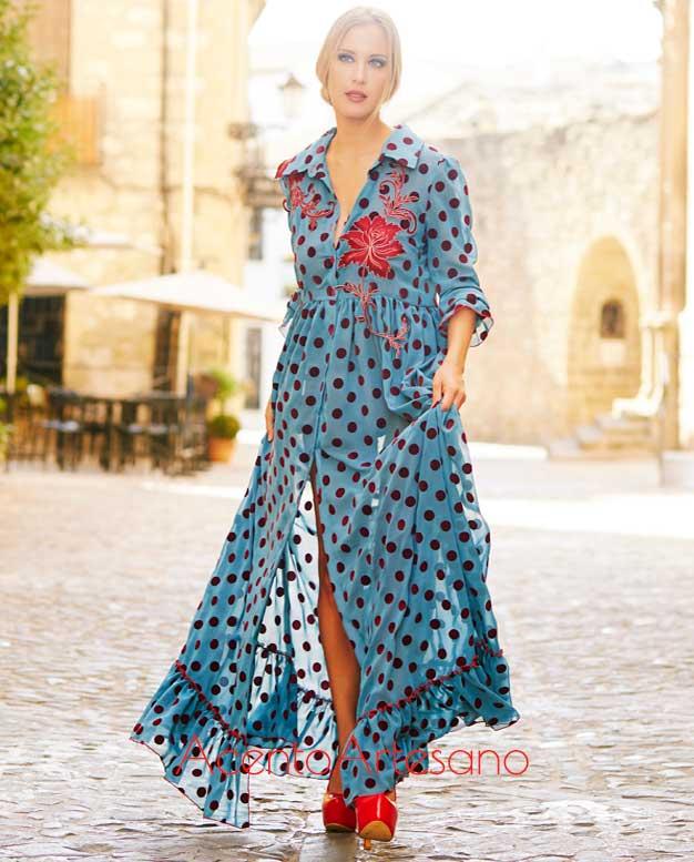 Vestido camisero en azul de lunares de terciopelo con aplicaciones bordadas de Victoria García