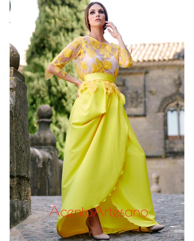 Vestido de dos piezas, con cuerpo en manga francesa y falda de seda en amarillo de Victoria García