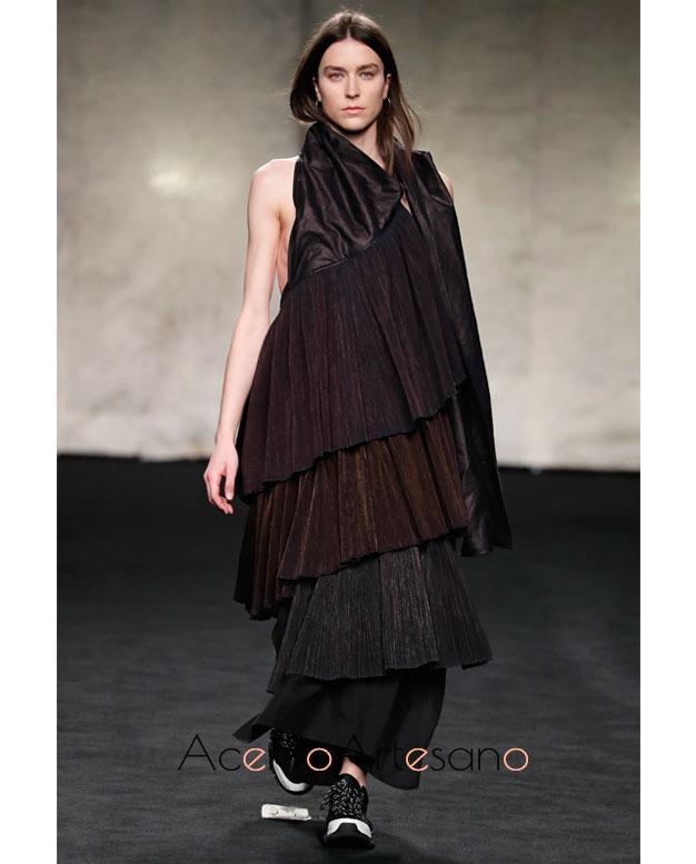 Vestido negro con volantes de Deyi