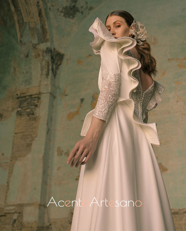 Vestido de novia con volante doble a la espalda abierta y abotonada de Francisco Tamaral para SIQ, Handcraft & Fashion